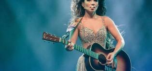 """Com a bem sucedida turnê """"Um Ser Amor"""", Paula Fernandes chega ao Espaço das Américas em 10 de abril…"""